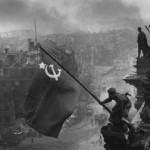 ¿Quiénes izaron las banderas de la victoria?
