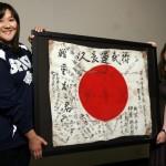 Veterano estadounidense devuelve bandera de Batalla de Okinawa a Japón