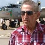 Veterano pasea en bombardero que décadas antes voló durante la guerra