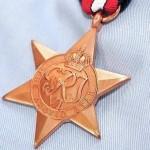 Veterano británico le entrega su medalla Estrella Ártica a Rusia