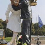Escultura del beso del fin de la Segunda Guerra Mundial aterriza en Normandía