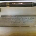 En exhibición pluma utilizada para firmar la rendición de Japón en 1945