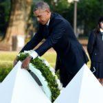 Barack Obama coloca una corona en el Memorial de la Paz en Hiroshima.