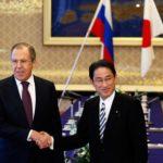 Ministros de RR.EE. de Rusia y Japón en conversaciones sobre tratado de paz.