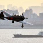 70 años después de la guerra un caza Cero vuela sobre Tokio con piloto japonés