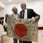 Veterano estadounidense devuelve bandera capturada en Saipan
