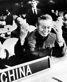 新华社照片,北京,2009年8月27日    1971年:五星红旗在联合国升起    1971年10月25日,第26届联合国大会通过2758号决议:恢复中华人民共和国在联合国的一切合法权利,并立即将蒋介石集团的代表从联合国及其所属一切机构中驱逐出去。从此,中华人民共和国的五星红旗开始飘扬在联合国大厦前的广场上。      第26届联大会上的中国代表席,左一为中华人民共和国外交部副部长乔冠华,右一为中国常驻联合国代表黄华(资料照片)。    新华社发
