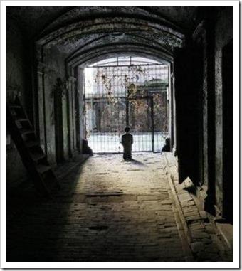 Praying-Hitler-statue-placed-in-Warsaw-Jewish-ghetto