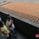 Exponen 1800 cascos japoneses recolectados en China