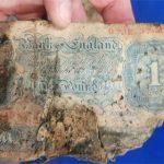 Encuentran fortuna escondida bajo el piso de una tienda desde la Segunda Guerra Mundial